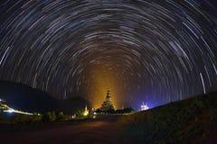 A noite das estrelas dos startails sobre o templo de Phasornkaew Fotografia de Stock Royalty Free