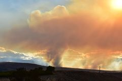 Noite de 1º de julho de 2018, fogo de Conrad, Washington State oriental imagem de stock
