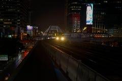A noite de chegada de Chong Nonsi Station do trem de céu do sistema de transporte público BTS de Banguecoque imagens de stock