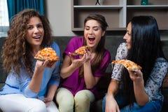 Noite de cinema do divertimento com amigas Imagens de Stock