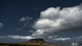 a noite de cinema video do filme do lapso de tempo 4K de Aurora Borealis Northern ilumina-se sobre a montanha de Kirkjufell, Islâ vídeos de arquivo