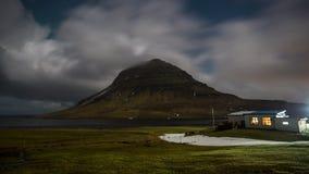 a noite de cinema video do filme do lapso de tempo 4K de Aurora Borealis Northern ilumina-se sobre a montanha de Kirkjufell, Islâ video estoque