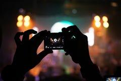 Noite de fotografia do concerto do telefone celular do telefone celular Imagens de Stock