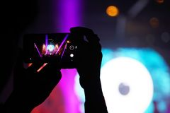 Noite de fotografia do concerto do telefone celular do telefone celular foto de stock