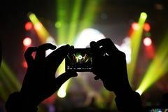 Noite de fotografia do concerto do telefone celular do telefone celular imagem de stock royalty free