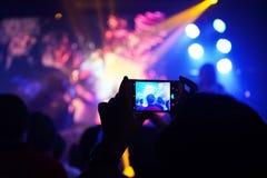 Noite de fotografia do concerto do telefone celular do telefone celular imagem de stock