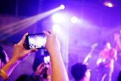 Noite de fotografia do concerto do telefone celular do telefone celular foto de stock royalty free