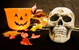 Noite de Halloween com crânio assustador Fotografia de Stock