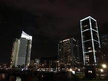 A noite de Médio Oriente ilumina o céu da construção Imagens de Stock