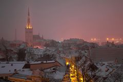 Noite de Misty March no Tallinn velho Estónia Imagens de Stock Royalty Free