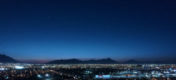 Noite de Monterrey bonita fotografia de stock royalty free