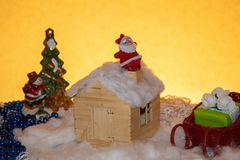 Noite de Natal boa Santa Claus na chaminé fotos de stock