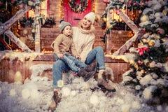 Noite de Natal com família imagem de stock