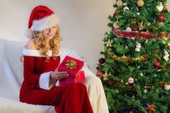 Noite de Natal com a mulher bonita no vermelho imagem de stock royalty free