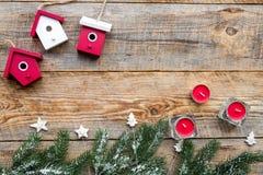 A Noite de Natal com ramos spruce, as velas e os brinquedos home no fundo de madeira cobrem o modelo do veiw imagens de stock