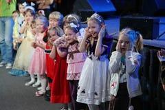 Noite de Natal crianças em um traje do partido das crianças, o carnaval de ano novo Fotografia de Stock