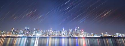 Noite de New York City com listras do arco-íris imagens de stock