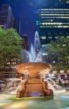 Noite de New York City do parque de Bryant da fonte Fotos de Stock