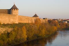 Noite de outubro nas paredes da fortaleza de Ivangorod Região de Leninegrado, Rússia fotografia de stock royalty free