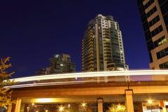 Noite de Vancôver Skytrain, trilho do viajante de bilhete mensal Imagens de Stock