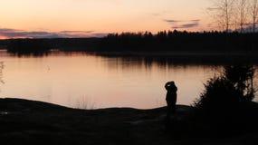 Noite de verão em um lago fotos de stock