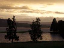 Noite de verão na Suécia norte por um lago imagem de stock
