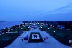 Noite de verão na terraplenagem de Yaroslavl seta Strelka foto de stock