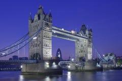 Noite disparada da ponte da torre Fotografia de Stock