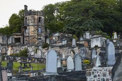 A noite disparou da terra de enterro nova de Calton em Edimburgo, Escócia, Reino Unido imagens de stock