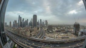 Noite do centro da skyline de Dubai ao timelapse aéreo do dia com tráfego na estrada video estoque
