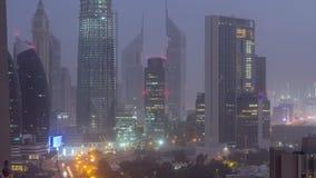 Noite do centro da skyline de Dubai ao timelapse aéreo do dia com tráfego na estrada vídeos de arquivo