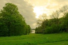 Noite do golfe da beira do lago fotografia de stock