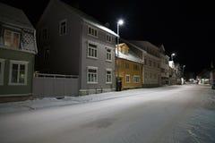 Noite do inverno em ruas de Tromso foto de stock