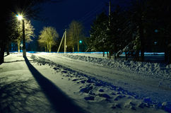 Noite do inverno nos subúrbios da cidade. Fotos de Stock Royalty Free