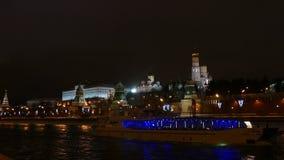 A noite do Kremlin, do rio e do riverboat no inverno video estoque