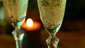 Noite do Natal Champagne nos vidros Velas e uma árvore de Natal vídeos de arquivo