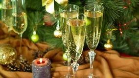 Noite do Natal Champagne nos vidros Velas e uma árvore de Natal filme