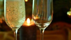 Noite do Natal Champagne nos vidros Velas e uma árvore de Natal video estoque