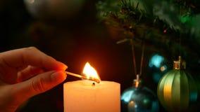 Noite do Natal Cronometre para iluminar uma vela vídeos de arquivo