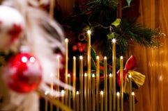Noite do Natal em casa com luzes feericamente - SDOF fotografia de stock