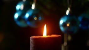 Noite do Natal A vela queima-se no fundo da árvore do ano novo filme
