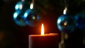 Noite do Natal A vela queima-se no fundo da árvore do ano novo vídeos de arquivo