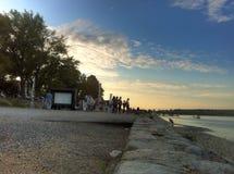 Noite do por do sol em Zemun no rio Danúbio com teatro de filme aberto imagens de stock royalty free