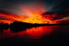 Noite do verão no rio Noite quieta e calma O sol afunda-se lentamente abaixo do horizonte Por do sol e crepúsculo Imagens de Stock Royalty Free
