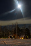 Noite e estação de caminhos-de-ferro cobertos com a neve no luar Skyline da cidade da noite Imagens de Stock Royalty Free