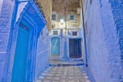 Noite em ruas de Chefchaouen, Marrocos da cidade Fotografia de Stock