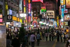 Noite em Shinjuku' distrito de s Kabuki-cho no Tóquio Foto de Stock Royalty Free