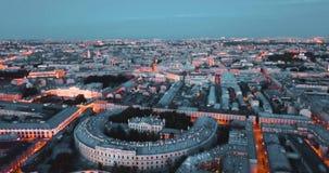Noite em St Petersburg, Rússia cidade de cima das ruas e dos rios, vídeo cinemático do zangão, construções históricas de vídeos de arquivo