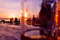 Noite em um beergarden fotos de stock