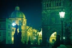 Noite em uma de ruas de Praga Fotos de Stock